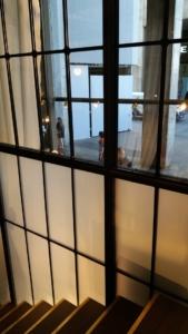 scala e serramenti negozio Sisley realizzati da NIVA-line